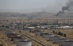 Нефтяное месторождение Баба-Гургур близ иракского города Киркук 10 августа 2010 года. Изобилие нефти на рынке благодаря растущей добыче в США и слабый рост потребления вызовут снижение цен в будущем году, предполагают опрошенные Рейтер аналитики. REUTERS/Thaier al-Sudani