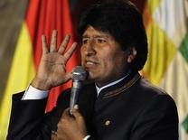 """El presidente de Bolivia, Evo Morales, habla durante la presentación del """"Proyecto Titicaca"""" en La Paz. 8 de octubre, 2013. Morales pidió el sábado al Gobierno de Chile una compensación por los daños económicos que habría causado al comercio el cierre de la frontera entre ambos países por una paralización de funcionarios públicos chilenos. REUTERS/David Mercado (BOLIVIA - SOCIEDAD POLITICA)"""