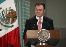 El secretario de Hacienda de México, Luis Videgaray, habla ante la audiencia durante un foro organizado por el Banco Central de México en Ciudad de México. 14 de octubre, 2013. México registró en octubre un déficit en sus finanzas públicas de 29,652.7 millones de pesos (2,263 millones de dólares) debido principalmente a un aumento en el gasto público, dijo el sábado la secretaría de Hacienda. REUTERS/Tomas Bravo (MEXICO - NEGOCIOS POLITICA)