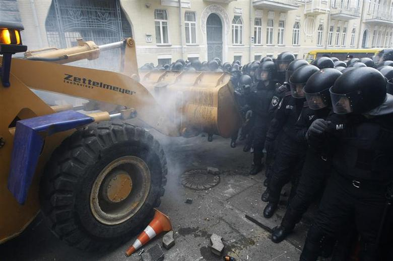 People use a tractor while trying to break through police lines near the presidential administration building during a rally held by supporters of EU integration in Kiev, December 1, 2013. REUTERS/Sergii Polezhaka