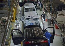 Empleados trabajan dentro de una fábrica de automóviles en Shenyang, provincia de Liaoning. 9 de noviembre, 2013. El crecimiento de las fábricas en China se mantuvo en noviembre en un máximo de 18 meses gracias a una sólida demanda interna y del extranjero, pese a la percepción de que la economía se está desacelerando moderadamente al final de 2013. REUTERS/Stringer (CHINA - TRANSPORTE NEGOCIOS)