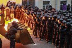 Демонстранты пытаются прорвать полицейский кордон у здания президентской администрации в Киеве 1 декабря 2013 года. Сотни тысяч украинцев вышли на улицы Киева в воскресенье, протестуя против решения властей приостановить интеграцию в Европейский союз ради сближения с Россией. REUTERS/Gleb Garanich