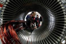 Selon l'enquête mensuelle HSBC-Markit, le secteur manufacturier chinois est resté en croissance en novembre mais à un rythme légèrement ralenti par rapport à octobre, confortant le scénario d'une stabilisation de la deuxième économie mondiale au dernier trimestre. /Photo prise le 2 novembre 2013/REUTERS/China Daily