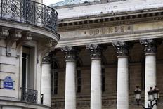 La Bourse de Paris est orientée à la baisse à la mi-journée, pénalisée par la faiblesse de l'activité du secteur industriel en France et en Espagne le mois dernier. A 12h33, l'indice CAC 40 recule de 0,34%. /Photo d'archives/REUTERS/Charles Platiau