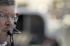 Ross Brawn quando ainda era chefe da equipe Mercedes de Fórmula 1, durante sessão de treinos para o Grande Prêmio de Abu Dhabi. Niki Lauda prevê que Ross Brawn, que deixou a direção da equipe Mercedes, voltará de alguma maneira à Fórmula 1 depois de encerrar seu atual período sabático. 2/11/2013. REUTERS/Caren Firouz