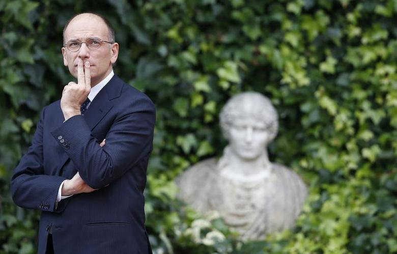 Italian Prime Minister Enrico Letta looks up as he waits for the arrival of his Israeli counterpart Benjamin Netanyahu at Villa Madama in Rome December 2, 2013. REUTERS/Alessandro Bianchi