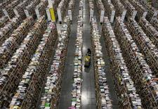 Centre de distribution d'Amazon à Phoenix. Le géant internet, qui teste la livraison de paquets par des drones aux Etats-Unis, une innovation qu'il espère mettre en place d'ici quatre ou cinq ans, à suivre lundi sur les marchés américains. /Photo prise le 22 novembre 2013/REUTERS/Ralph D. Freso