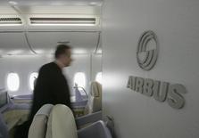 Kuwait Airways a signé un contrat avec Airbus portant sur l'achat de 25 nouveaux avions et la location de 12 autres dans le cadre du plus grand renouvellement de la flotte de la compagnie aérienne publique depuis l'invasion du Koweït par l'Irak en 1990. /Photo d'archives/REUTERS/Bobby Yip