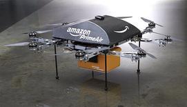 Le projet de livraison de paquets par des mini-drones annoncé dimanche par le PDG d'Amazon Jeff Bezos n'a guère de chance de se concrétiser durant cette décennie, à la fois pour des raisons techniques et pour des raisons légales. /Photo diffusée le 2 décembre 2013/REUTERS/Amazon.com