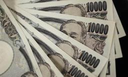 Selon des sources proches du dossier, le Japon va mettre en place un nouveau programme de stimulation de la croissance d'environ 39 milliards d'euros cette semaine en perspective de la hausse de la taxe sur la valeur ajoutée prévue en avril. /Photo d'archives/REUTERS/Yuriko Nakao