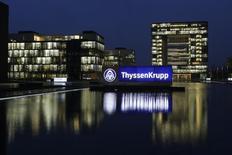 ThyssenKrupp a procédé à une augmentation de capital de 882,3 millions d'euros en plaçant 51,5 millions d'actions nouvelles au prix unitaire de 17,15 euros. Le prix définitif se situe dans le bas de la fourchette indicative de 17,05 à 17,635 euros donnée par des sources lundi soir. /Photo prise le 18 novembre 2013/REUTERS/Ina Fassbender