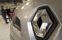 Pénalisé par des prises de bénéfices, Renault (-3,9%) accuse la plus forte baisse du SBF 120 vers 12h25, quand le CAC 40 recule, lui, de 1,55% à 4.219,54 points. /Photo d'archives/REUTERS/Régis Duvignau