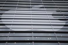 Apple, qui a annoncé l'acquisition de Topsy, une société spécialisée dans l'analysée de données recueillies par des réseaux sociaux comme Twitter, à suivre mardi sur les marchés américains. /Photo d'archives/REUTERS/Stephen Lam