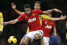 Arsenal's Mathieu Flamini challenges Manchester United's Robin van Persie (L) during their English Premier League soccer match at Old Trafford in Manchester, northern England, November 10, 2013. REUTERS/Phil Noble