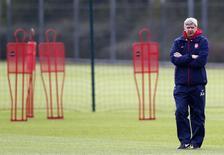 Técnico do clube inglês Arsenal, Arsene Wenger, durante sessão de treinamento em Londres. Revezar os jogadores titulares será fundamental para o Arsenal conseguir manter o atual ritmo e buscar o título inglês, já que a parte mais difícil da temporada ainda está por vir, disse Wenger nesta terça-feira. 25/11/2013. REUTERS/Eddie Keogh
