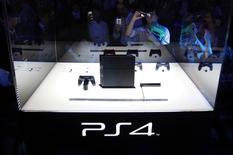 Unos visitantes toman fotografías de la consola de videojuegos Playstation 4 en el Tokyo Game Show de Chiba, Japón, sep 19 2013. Sony dijo el martes que las ventas mundiales de su consola de videojuegos PlayStation 4 superó los 2,1 millones de unidades hasta el 1 de diciembre. REUTERS/Yuya Shino