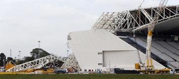 """A general view shows a collapsed crane at the Arena Sao Paulo stadium, known as """"Itaquerao"""", in Sao Paulo December 2, 2013. REUTERS/Paulo Whitaker"""