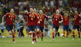 Jogadores da seleção da Espanha comemoram vitória sobre a Itália na semifinal na Copa das Confederações em Fortaleza 27/6/2013. REUTERS/Jorge Silva