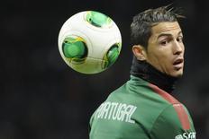 Cristiano Ronaldo brinca com a bola antes de partida de Portugal contra a Suécia, em Estocolmo. 19/11/2013 REUTERS/Erik Martensson/TT News Agency