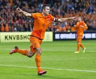 Atacante da Holanda Robin van Persie comemora gol marcado contra seleção da Hungria eliminatória da Copa-2014 em Amsterdã 11/10/2013 REUTERS/Michel Kooren