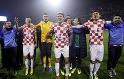 Jogadores croatas comemoram classificação para o Mundial de 2014 após vitória sobre a Islândia em 19 de novembro. REUTERS/Antonio Bronic