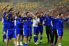 Jogadores da Grécia comemoram vitória sobre a Romênia em 19 de novembro. REUTERS/Radu Sigheti