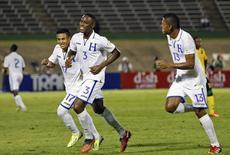 Atletas de Honduras celebram gol diante da Jamaica em Kingston, em outubro, pelas eliminatórias da Copa de 2014. REUTERS/Gilbert Bellamy