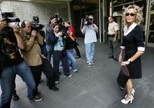 U.S. actress Farrah Fawcett (R) is surrounded by photographers as she arrives at Municipal Court to serve jury duty in Beverly Hills on July 6, 2005. REUTERS/Mario Anzuoni
