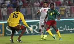 Allagui (C), da Tunísia, disputa bola com o camaronês Chedjou (D) nas eliminatórias para a Copa de 2014, em outubro. REUTERS/Zoubeir Souissi