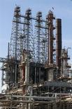 Los futuros del crudo en Estados Unidos subieron el martes más de 2 dólares el barril a un máximo de cuatro semanas, en el tercer día consecutivo de alzas, ante la expectativa de que el inicio de operaciones de un oleoducto en Cushing, Oklahoma, reduzca las existencias de petróleo en el centro de almacenaje. En la foto de archivo, la refinería de LyondellBasell en Houston. Mar 6, 2013. REUTERS/Donna Carson
