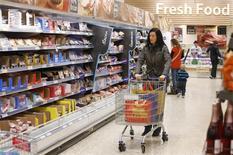 Tesco a vu ses ventes à magasins constants en Grande-Bretagne repartir à la baisse au troisième trimestre, ce qui ne manquera pas de soulever des questions sur la réorganisation mise en oeuvre par le distributeur britannique. /Photo d'archives/REUTERS/Suzanne Plunkett