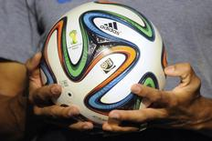 Bola oficial da Copa do Mundo, a Brazuca, é apresentada em evento no Rio de Janeiro. 03/12/2013 REUTERS/Stringer