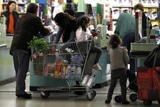 Les ventes au détail ont reculé contre toute attente en octobre dans la zone euro (-0,2%), la hausse du poste produits alimentaires, boissons et tabac ne compensant pas la baisse de tous les autres, selon Eurostat. /Photo d'archives/REUTERS/Charles Platiau