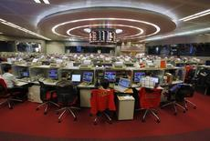 Трейдеры в помещении Гонконгской фондовой биржи 6 ноября 2013 года. Когда вы задумываетесь о том, как заработать на гонконгском рынке IPO, то вложение в похоронную компанию - не самая очевидная стратегия. REUTERS/Bobby Yip
