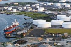 Нефтятой танкер стоит на якоре у НПЗ в Бейонне, Нью-Джерси, 24 августа 2011 года. Цены на нефть Brent снижаются, а на WTI - растут, после сообщения о планируемом запуске нефтепровода в США, который поможет разгрузить крупнейший в стране распределительный центр. REUTERS/Lucas Jackson