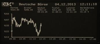 Les Bourses européennes sont orientées à la baisse mercredi, après la parution d'indicateurs économiques européens mitigés, en particulier les indices PMI des services. A la mi-journée, le CAC 40 perd 0,22% à Paris, le FTSE abandonne 0,19% à Londres et le Dax cède 0,09% à Francfort. /Photo prise le 4 décembre 2013/REUTERS/Remote