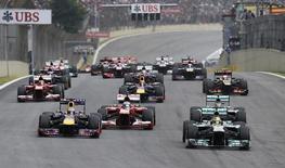 Nico Rosberg, da Alemanha, lidera o grupo conforme ele avança para a primeira curva no início do Grande Prêmio do Brasil de Fórmula 1 no circuito de Interlagos, em São Paulo. As corridas de Nova Jersey, México e Coreia do Sul foram cortadas do calendário oficial de 2014 da Fórmula 1, nesta quarta-feira, reduzindo o número de etapas na temporada de 22 para 19. 24/11/2013. REUTERS/Nacho Doce