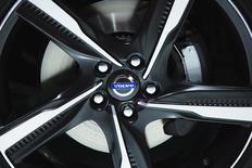Volvo, le deuxième constructeur mondial de poids lourds, s'attend à ce que sa réorganisation stratégique produise ses pleins résultats en 2015 après le lancement de nouveaux modèles cette année, avec un bénéfice opérationnel qui devrait avoir augmenté de neuf milliards de couronnes. /Photo prise le 28 mars 2013/REUTERS/Lucas Jackson