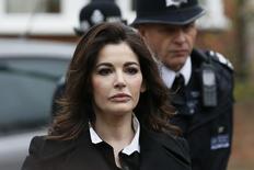 """La chef británica Nigella Lawson dijo a un tribunal que había consumido cocaína varias veces, entre ellas cuando estaba sometida a un """"terrorismo íntimo"""" por parte de su ex marido, el millonario Charles Saatchi, en el último giro de un juicio que ha acaparado la atención en el Reino Unido. En la foto del miércoles, Lawson llega a la corte en Londres. Dic 4, 2013. REUTERS/Stefan Wermuth"""