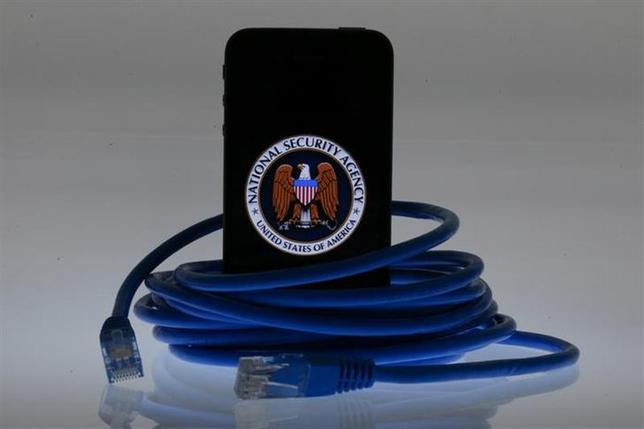 12月4日、米紙ワシントン・ポストは、米国家安全保障局(NSA)が世界中で携帯電話の位置情報を収集し、その数が1日当たり50億件近くに上ると報じた。写真はイメージ。ベルリンで6月撮影(2013年 ロイター/Pawel Kopczynski)