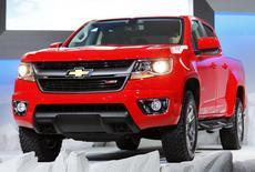 General Motors va abandonner la marque Chevrolet en Europe d'ici la fin de 2015, dans le cadre de la restructuration de ses activités dans la région, qui se traduira par une charge exceptionnelle pouvant aller jusqu'à un milliard de dollars (734 millions d'euros). /Photo prise le 20 novembre 2013/REUTERS/Mike Blake