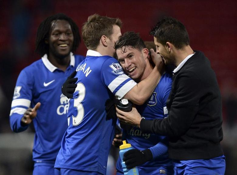 Everton players celebrate defeating Manchester United during their English Premier League soccer match at Old Trafford in Manchester, northern England December 4, 2013. REUTERS/Nigel Roddis
