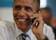 Presidente Barack Obama telefona para volutário de sua campanha no dia da eleição presidencial, em Chicago. 6/11/2012. REUTERS/Jason Reed