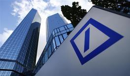 La casa matriz del Deutsche Bank en Fráncfort, oct 29 2013. Deutsche Bank anunció el jueves que está abandonando la mayoría de sus negocios globales de materias primas debido a las crecientes presiones regulatorias, lo que lo convierte en el último banco en vender o reducir sus operaciones en el alguna vez lucrativo sector. REUTERS/Ralph Orlowski/Files