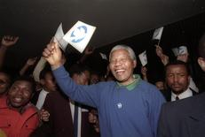 African National Congress (ANC) leader Nelson Mandela waves a white flag bearing a dove of peace at the crowd outside the ANC headquarters in Johannesburg, in this September 2, 1993 file photo. REUTERS/Patrick de Moirmont/Files