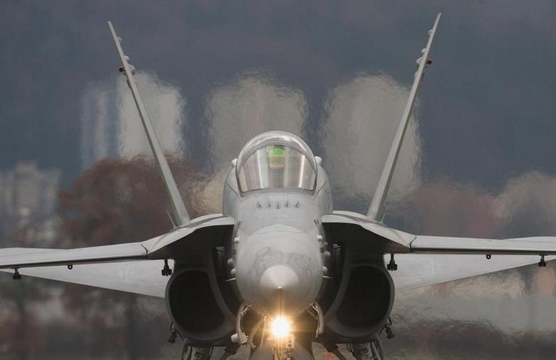 A Swiss Boeing F/A-18C rolls along the taxiway at the Swiss Army Airbase in Emmen, central Switzerland November 14, 2008. REUTERS/Michael Buholzer