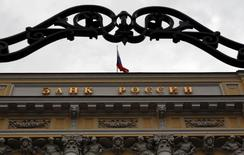 Здание Банка России в Москве 13 сентября 2013 года. Центральный банк РФ может получить право ограничивать стоимость потребительских кредитов 1/3 среднерыночного значения, опасаясь, что бум в этом сегменте рынка станет угрозой финансовой стабильности. REUTERS/Maxim Shemetov
