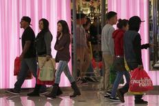 Les dépenses de consommation ont augmenté aux Etats-Unis en octobre mais les tensions inflationnistes sont restées bien inférieures à l'objectif de la Fed, ce qui pourrait freiner l'évolution de la politique monétaire. /Photo prise le 29 novembre 2013/REUTERS/Jonathan Alcorn