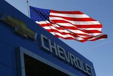 O logo da Chevrolet e a bandeira dos EUA em Gaithersburg, Maryland. A General Motors pode considerar o envio de mais carros fabricados na Coreia do Sul para a Austrália, disse uma fonte nesta sexta-feira, como parte de uma reestruturação global que resultará no fim da marca Chevrolet na Europa e potencial desmantelamento da produção na Austrália. 01/05/2013 REUTERS/Gary Cameron