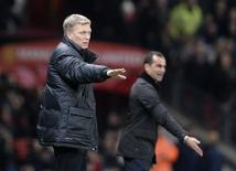 Manchester United manager David Moyes (L) and Everton manager Roberto Martinez direct their teams during their English Premier League soccer match at Old Trafford in Manchester, northern England December 4, 2013. REUTERS/Nigel Roddis